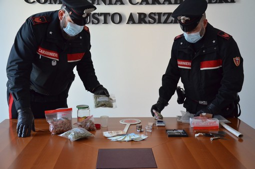 Traditi dal coprifuoco, i carabinieri li fermano e trovano la droga: nei guai due giovani di Busto