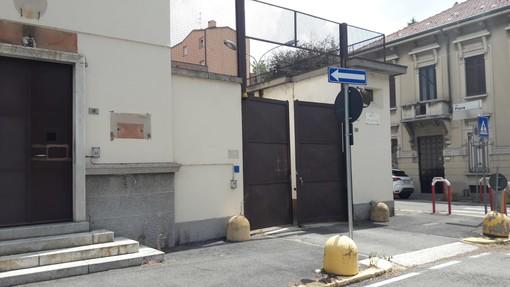 L'ingresso della ex caserma Carabinieri, accessibile a chiunque. In fondo all'articolo la documentazione delle magagne che affliggono una piazza trascurata