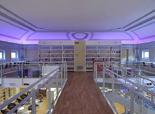 La sala Monaco della Biblioteca di Busto. La presentazione si svolgerà nel grazioso giardino all'esterno