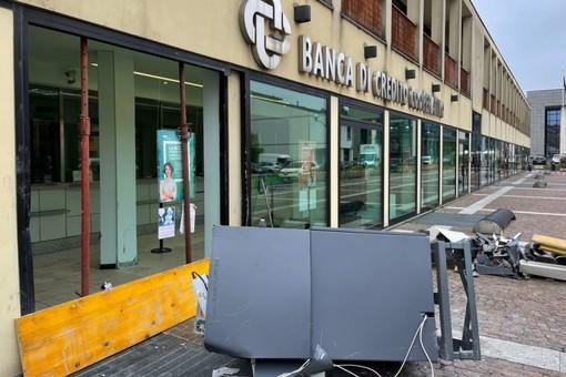 La filiale della banca di Villa Cortese visibilmente danneggiata