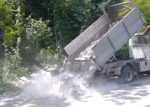 L'abbandono abusivo di rifiuti intercettato dalla Polizia Locale di Busto e, nella foto sotto all'articolo, la discarica abusiva