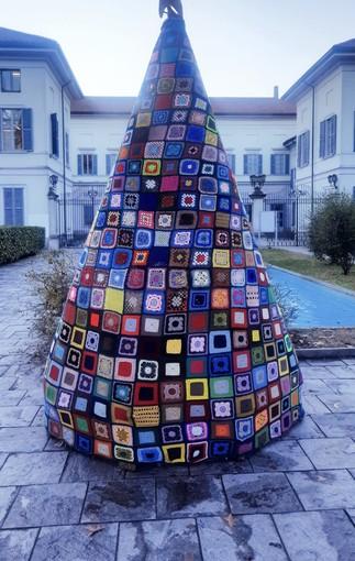 L'albero di Natale di Castellanza è fatto all'uncinetto