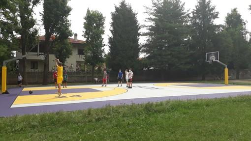 Il nuovo campo e, nel video e nelle foto in fondo all'articolo, l'inaugurazione, don Giovanni Calastri e la scultura dedicata a Kobe Bryant