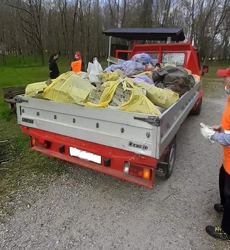 Volontari all'opera nel fondovalle tra Fagnano e Gorla Maggiore: raccolta una vagonata di rifiuti