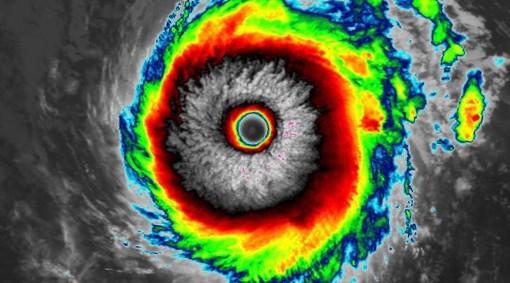 """Lo scatto dal satellite postato dalla pagina Facebook """"Tornado in Italia"""" ritrae l'occhio dell'uragano Felicia nell'Oceano Pacifico, lontano dalla terraferma"""