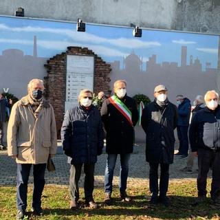 La cerimonia nel parco in memoria dei lavoratori della Comerio deportati