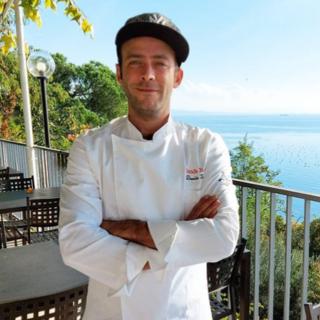 Davide Tonetti sulla terrazza del Ristorante Tendarossa, a Trieste
