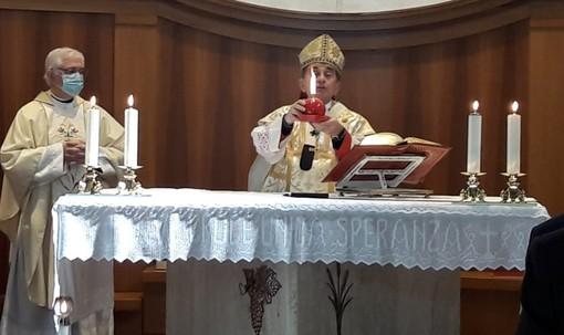 Il dono dell'arcivescovo alla parrocchia: una candela da accendere in occasione delle preghiere per le vocazioni