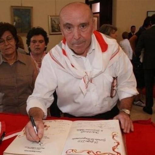 Franco Mazzucchelli mentre firma l'Albo in municipio, ricevendo la benemerenza con la Lilt