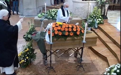 L'ultimo saluto di Samarate a Erica e Lorenzo. «Il bene non è azzerato dalla morte»