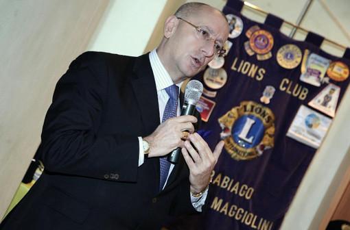 Il cavalier Danilo Francesco Guerini Rocco. Sotto, la breve cerimonia online con la presidente della Fondazione Lions Clubs