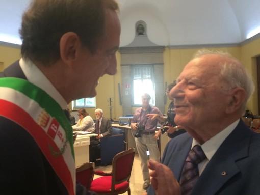 Giordano Chatzivassiliou quando fu premiato dal sindaco Antonelli a Busto