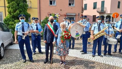 La signora Giovannina, con il sindaco e la banda in una foto tratta dalla pagina Facebook di Emilio Aliverti