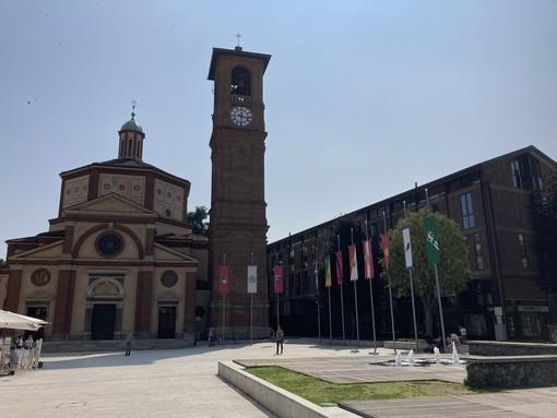 Piazza San Magno a Legnano con gli stendardi del Palio, fino a stamattina. Saranno riposizionati alla fine di agosto