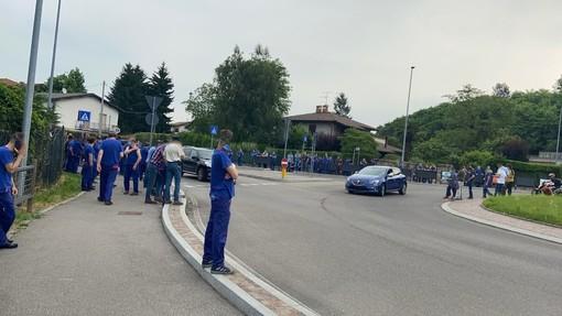 FOTO. La protesta dei lavoratori dell'Aermacchi sulla Varesina