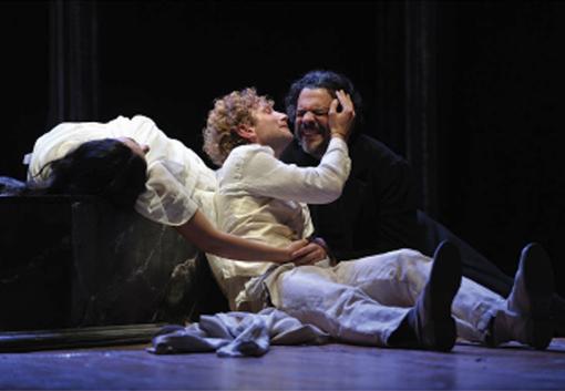 """Legnano, teatro Tirinnanzi: sabato 16 in scena """"L'idiota"""" a lume di candela"""