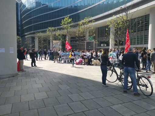 VIDEO E FOTO. La protesta dei lavoratori del settore aereo di Malpensa al Pirellone: «Non lasciateci in mezzo ad una strada»