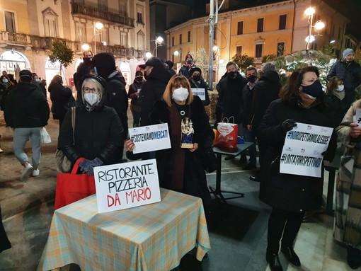 I commercianti in piazza a Busto Arsizio: Anna Nedalini ha portato con sè la statua della Madonna dell'Aiuto