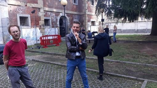 Daniele Bossari di fronte alle ex carceri di Busto