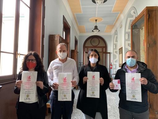 Da sinistra Cinzia Di Pilla, Emanuele Antonelli, Arianna Gussoni e Matteo Sabba. Sotto i sacchetti con i riferimenti evidenziati
