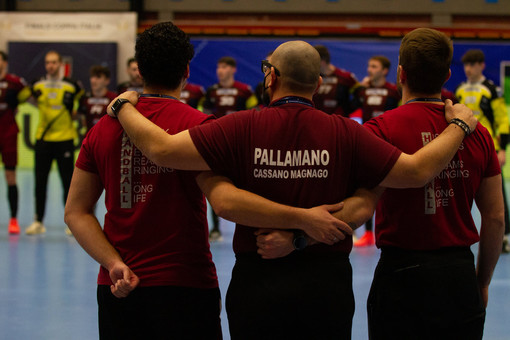 Nella foto di Davide Bianchi, da sinistra Sasa Milanovic (viceallenatore maschile e allenatore della femminile) Cristiano Braggion (presidente del Cassano Magnago Handball Club) e Davide Kolec (allenatore della maschile)