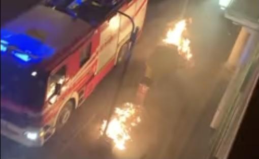 Le fiamme la scorsa notte in centro a Saronno (foto da un video pubblicato da ilSaronno.it)