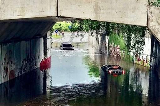 Auto sommerse dall'acqua in un sottopassaggio a Domodossola