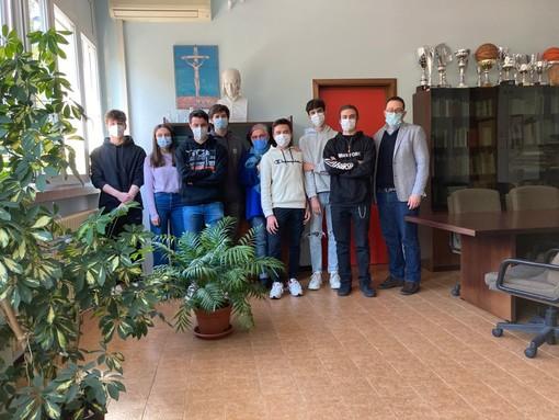 Alcuni ragazzi della 3I del Liceo Ferraris di Varese insieme al dirigente scolastico Marco Zago e la tutor Roberta Tenti