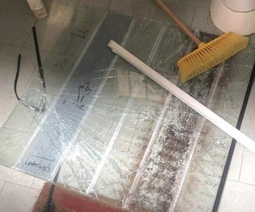 Casorate, vandali contro i bagni di piazza Mercato. Il sindaco: «I genitori di questi ragazzi saranno chiamati a risarcire»