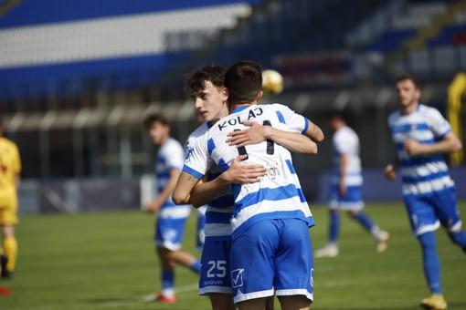 Kolaj abbracciato dopo il gol  e le immagini incalzanti del match (foto di Marco Giussani)