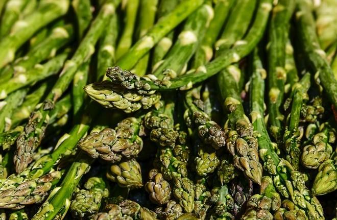 Gli asparagi sono gustosi e fanno anche bene all'apparato digerente