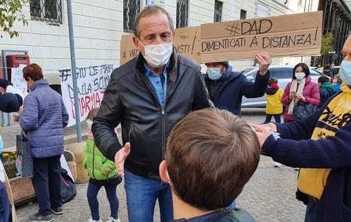 Busto, in piazza contro la dad. I bambini al sindaco: «Perché la scuola è chiusa e tanti negozi aperti?»