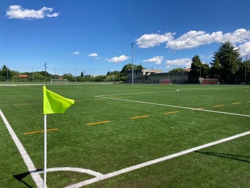 Il manto in erba sintetica del campo di calcio a Gorla Minore. Sotto la realizzazione dei nuovi spogliatoi ed i lavori in via Petrarca