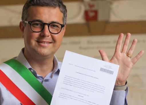 Il sindaco Cassani fa il segno dei cinque anni sui social