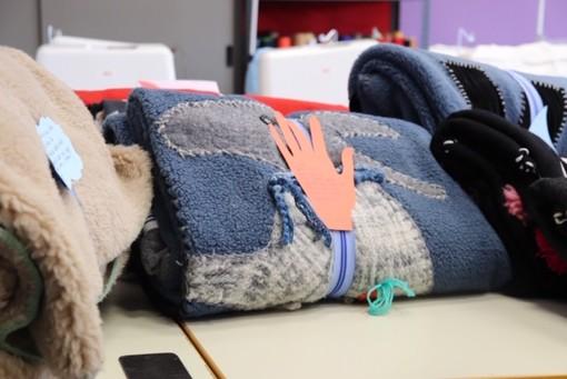 L'Acof di Busto confeziona coperte per i senzatetto