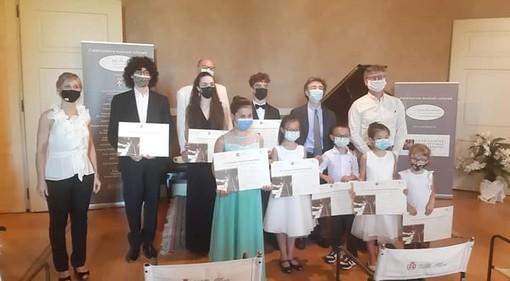 """Sabrina Dente (sulla sinistra, organizzatrice del concorso) con i premiati del Concorso Nazionale """"Villa Oliva"""" e membri della giuria"""
