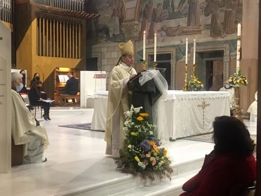 Monsignor Mario Delpini celebra la messa nella chiesa del Sacro Cuore