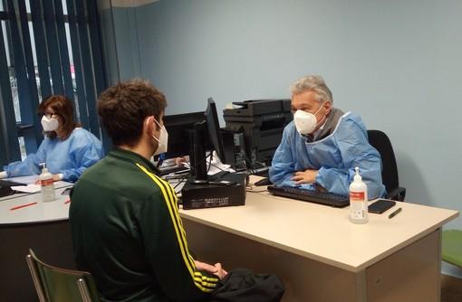 Il dottor Emilio Lualdi e nelle altre foto gli altri dottori impegnati nella vaccinazione con l'Asst