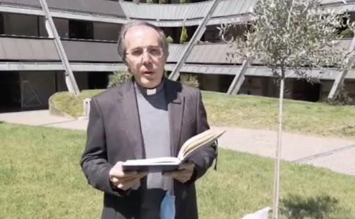Don Gianni Giudici. Sotto: la chiesa parrocchiale di San Giulio a Castellanza