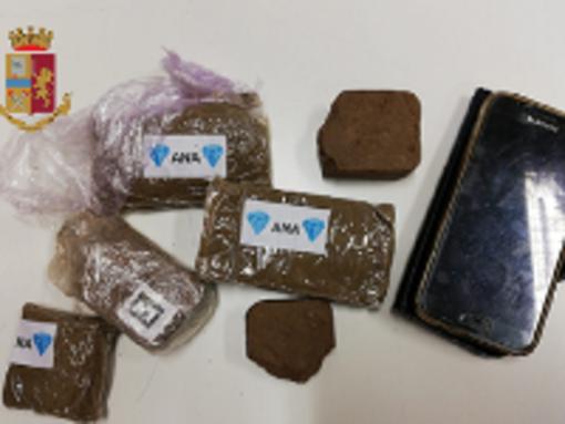 Quattrocento grammi di hashish nascosti nell'armadio, spacciatore in manette
