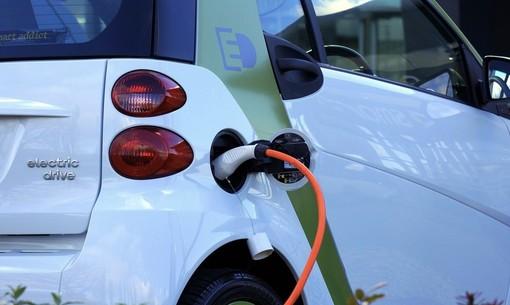 Veicoli inquinanti, l'assessore regionale Cattaneo: «Ecco 36 milioni per acquistare le auto elettriche»