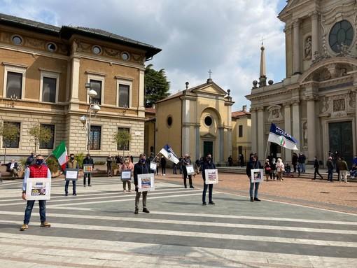 Il flash mob questa mattina a Busto, in piazza San Giovanni. Nelle foto sotto, Massimiliano Nardi e Paolo Montani