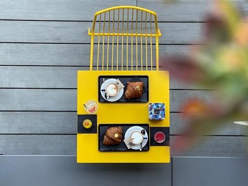 Il dehors creato alla pasticceria Chiara: i locali si sono attrezzati per offrire un contesto accogliente all'aperto