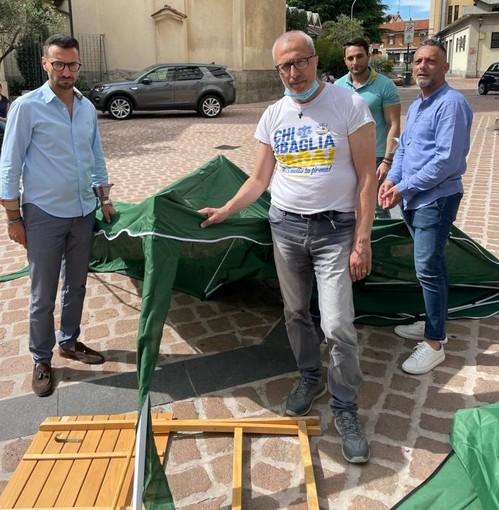 Esponenti della Lega davanti al gazebo distrutto