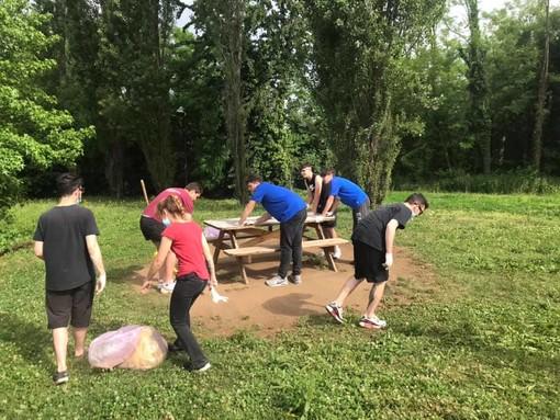 """Giovani all'opera: un sabato di pulizia straordinaria al """"parco pensatoio"""" di Marnate"""