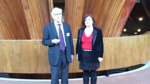 Despina Chatzivassiliou accanto allo scrittore Ginetto Grilli in Consiglio d'Europa