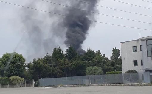 FOTO. A fuoco catasta di pneumatici: colonna di fumo nero in Valle Olona