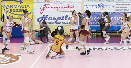 Le atlete della Roma esultano: riportano la squadra in A1 dopo 25 anni. Foto sito Legavolleyfemminile