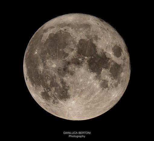 """FOTO. Bertoni ci emoziona e ci porta sulla """"Luna Blu"""""""
