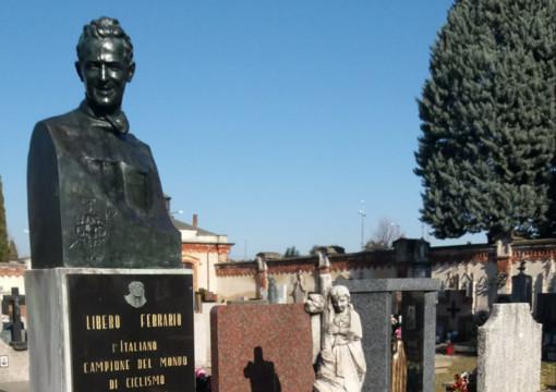 La statua che si trovava sulla tomba di Libero Ferrario al cimitero di Parabiago